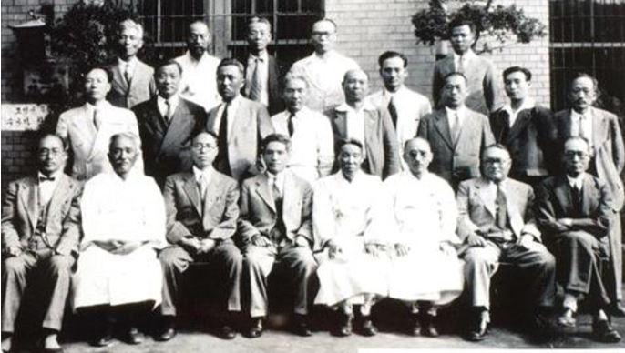 1949년에 조선어학회사건으로 고초를 겪은 이들이 모인 십일회 모습 찍그림.